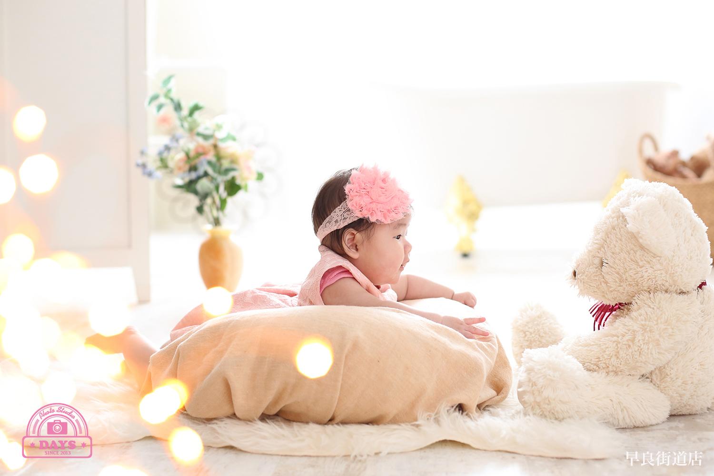 くまさんと見つめあう赤ちゃんの優しい雰囲気の写真