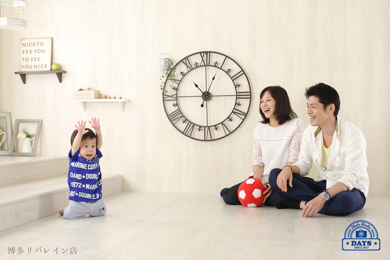 笑顔で遊ぶ3人家族