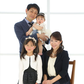 4人家族の集合写真