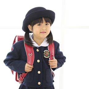 赤いランドセルを背負っている女の子