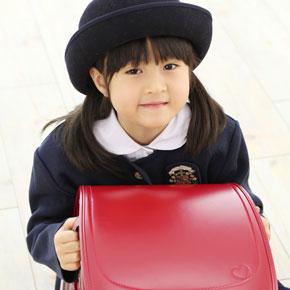 赤いランドセルを抱えている女の子