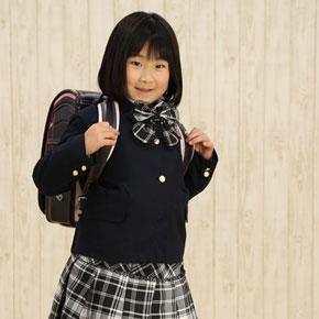 黒いランドセルを背負った女の子