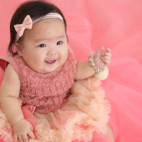 ピンクのドレスを着ている赤ちゃん
