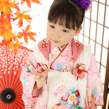 和風傘と着物着た女の子