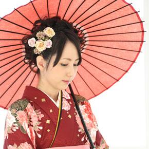 傘をさす着物女性