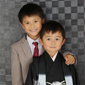黒い着物を着た弟とスーツを着たお兄ちゃん