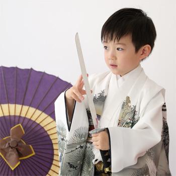 袴を着て刀を持っている男の子