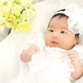 黄色い花と赤ちゃん